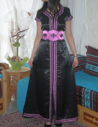 Caftan satin duchesse noir avec broderies rose blog de for Caftan avec satin de chaise